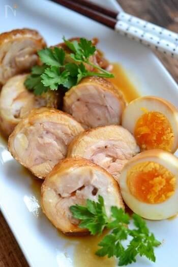 たれの甘辛さがやみつきになる鶏チャーシュー。甘みに砂糖だけでなくはちみつを加えると、よりツヤが出て美味しく仕上がります。