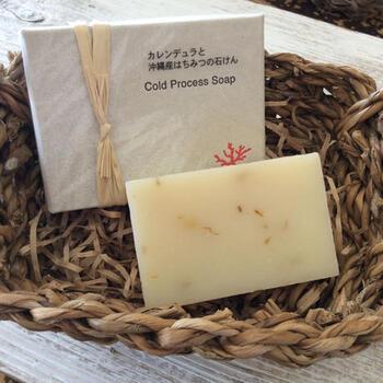 沖縄産のはちみつが使われた石けん。アロマの優しい香りと、はちみつのしっとりした使い心地で、お風呂タイムが贅沢な時間になります。