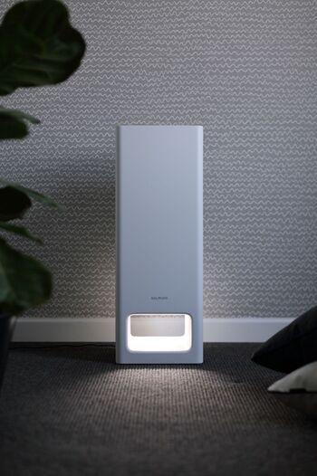 よりシャープで機能的になったバルミューダの空気清浄機。  お部屋の空気をパワフルに循環させるので、暖房効率も上がるのだそう。  照度センサー搭載で、周囲が暗いときには風量や操作音が小さくなり、明るさも半減。夜間にも心地よく使用することができます。  インテリアの邪魔にならないすっきりとしたフォルムです。