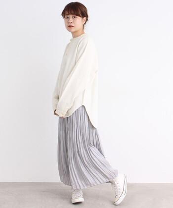 ゆるっとしたオーバーサイズのヘンリーネックのトップスは、1枚でもサマになる洗練されたデザインが素敵です。パンツやスカート、どちらにもマッチするので、たくさん活躍してくれること間違いなしです。