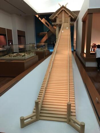 ちなみに、「出雲大社について前知識が無さすぎて・・」という方も、ご安心を。  出雲大社のすぐそばに「古代出雲歴史博物館」があり、古代出雲について、様々な展示資料で分かりやすく解説していますよ。  出雲大社には一般の方が立ち入ることのできない場所がありますが、それについての謎も、ここできっとクリアにできるはず。