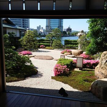 明治創業の老舗旅館『松江しんじ湖温泉 皆美館(みなみかん)』。島崎藤村・与謝野晶子など、文人ゆかりの宿として有名な旅館です。  松江駅から徒歩20分ほど、出雲大社からは車で1時間ほどという好立地なので、観光拠点としても活躍してくれます。