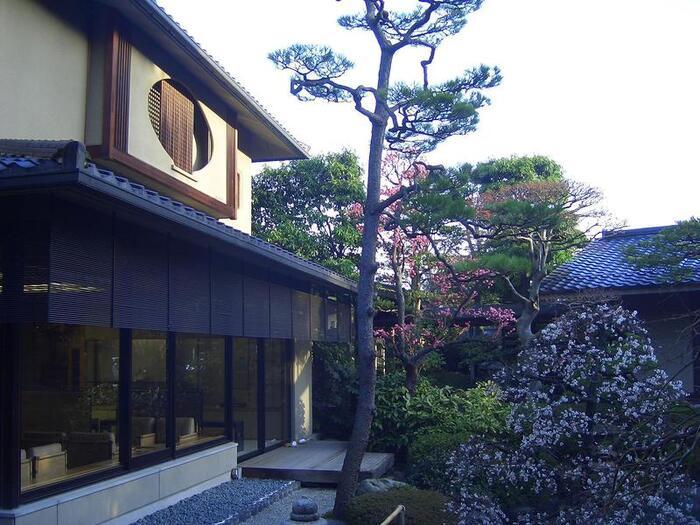 JR玉造温泉駅から歩いて20分ほどのところにある、『佳翠苑 皆美(かすいえん みなみ)』。出雲大社からも、石見銀山からも、比較的アクセスしやすい場所にありますよ。  2018年には「第44回プロが選ぶ日本のホテル・旅館100選(旅行新聞新社主催)」にて総合20位になるなど、建物・設備はもちろん、おもてなしのサービス、日本庭園など、宿としての評価が高い有名旅館です。
