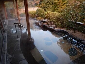 露天風呂・大浴場は最上階にあり、「玉造温泉一の眺望」との呼び声も。  お風呂だけでなく、館内には「足湯スペース」に、玉造温泉のお湯で顔を温める「美顔入浴」という、美肌コーナーも。一段と美しくなる旅行を叶えてくれそうです。