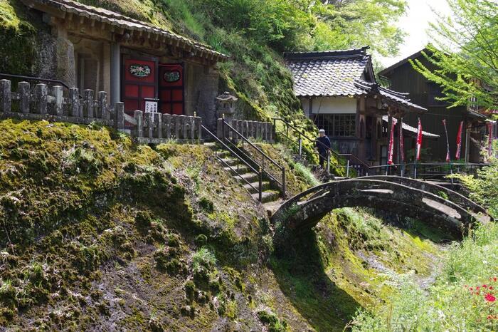 戦国時代後期から、江戸時代前期にわたって栄えた日本最大の銀山が「石見銀山」。周辺の景観も含めて、世界遺産に登録されました。