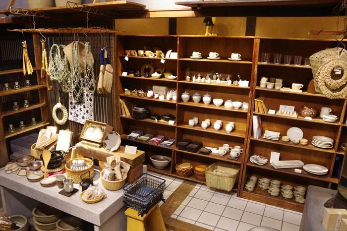 洋服で有名な「群言堂」ですが、本店には陶器のショップもあります。お土産選びにもぴったりですね。