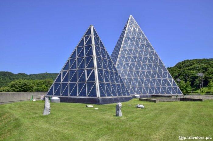石見銀山・群言堂から次の目的地へと移動するにあたって、いったん山のなかから日本海へ向かわれるかと思いますが、その道中で立ち寄りやすい場所にあるのが「仁摩サンドミュージアム」。日本海を望む仁摩町に建つ、砂の博物館です。