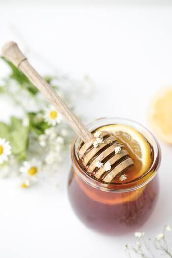 はちみつは、ミツバチが蜜を採取した花によって味が変わります。レンゲやローズマリーからとれたはちみつは甘みが強く、アカシアのはちみつはクセが少なく食べやすい味です。好みに合わせて選んでみてください。