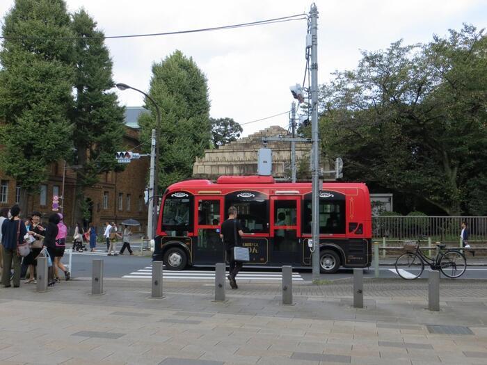 さらに当エリアの周辺は、JRだけでなく、私鉄や地下鉄の駅がが点在し、路線バスや無料巡回バスのバス停も随所に設置されているので、体力や気分に応じて利用できるので、便利です。  中でも、台東区の循環バス「めぐりん」は、民営のバスより乗車賃が安く、特にお勧め。「東西めぐりん」は、上野駅入谷口から国立博物館、谷中、千駄木、根津方面を周るバスです。浅草へも足を伸ばすのなら、上野駅入谷口から出発する「ぐるーりめぐりん」を利用してみましょう。  【東博付近を走る巡回バス「東西めぐりん」。画像中央、バスの向こう側に建つのは「京成電鉄旧博物館動物園駅」。左の煉瓦の建物は「黒田記念館」。】