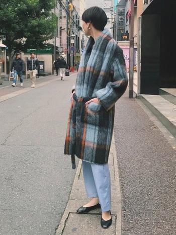 クールな大判チェックのガウンコートに同じ色調のブルーのデニムのコーデ。シンプルなフラットシューズを合わせることでメンズライクになりすぎず、クールに女性らしく着こなしています。