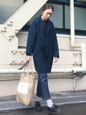 ネイビーのチェスターコートにデニムを合わせたメンズライクな着こなし。アンクル丈に、黒のタッセルローファーと白の靴下を合わせ外しバランスが絶妙です。