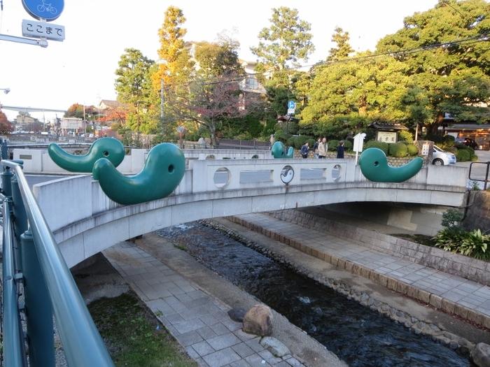"""「松江しんじ湖温泉」は宍道湖北側でしたが、「玉造温泉(たまつくりおんせん)」は宍道湖の南側にある温泉街。  733年の「出雲国風土記」に登場する、日本でも最古の歴史を誇ります。日本最古ゆえ、実は上でご紹介した「湯の川温泉」よりも有名な、山陰を代表する温泉です。  「玉造温泉」は日本で初めて美肌効果があるとされた場所であり、神湯とも謳われます。縁結びスポットも多く点在しており、""""美""""と""""恋愛成就""""という、「女子旅」にぴったりの宿泊先になりそうですね。"""