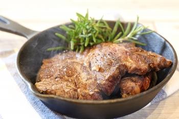 スキレットは、焼く・煮る・炒める・揚げる…どんな調理法にも対応するオールマイティなフライパン。別売りの蓋を使うことで、さらに蒸したり燻したり、できる料理がより幅広くなります。※蓋については、のちほど詳しくご紹介します。