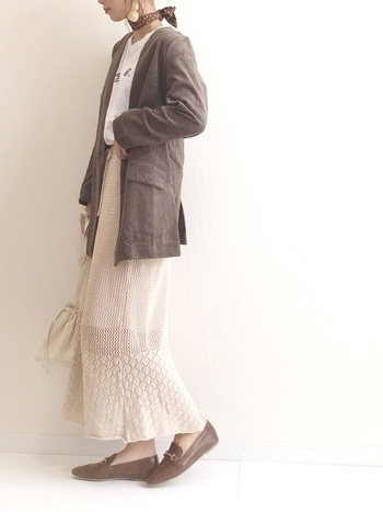 人気のニットスカートにブラウンのジャケットを羽織って気軽な雰囲気に。首元のスカーフでいつものTシャツもお洒落着に変身!