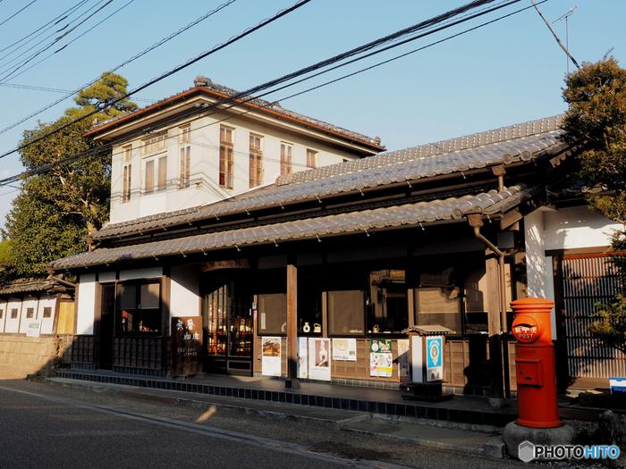 広い歩道が整備された嘉右衛門町通りには、趣きのある建物が並んでいます。こちらは、郵便局として使われていた建物をリノベーションした喫茶店。映画の撮影にも使われたことがあるんですよ。