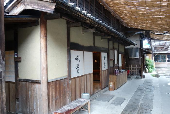 江戸時代にタイムスリップしたような風情ある店構え。店内では味噌田楽をいただけるので、散策の途中でひと息つきましょう。