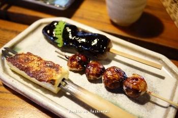 おすすめは「田楽盛り合わせ」。目の前で焼かれるこんにゃくとお豆腐、里芋の田楽は、それぞれ違うお味噌が塗られています。こうじを多く使った甘めのお味噌は、まさに江戸の味。