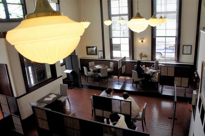 店内は、クラシックな雰囲気を残し、かつで銀行だった頃を彷彿とさせる高い天井や広い空間が印象的です。