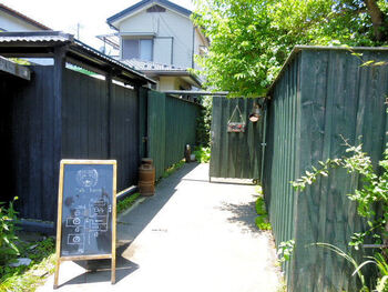 例幣使通交差点から少し入ったところにある「cafe Bazzar(カフェバザール)」は、古い床屋を改装した隠れ家のようなお店。看板の向こうにある門をくぐった先に入口があります。