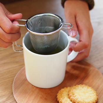 お茶を傍に置き、仕事や趣味、何か作業をする時は、大きなマグカップでゆっくりいただきたいもの。そんな場合は、便利で使い勝手の良い茶こしを活用してみませんか?工房アイザワの深型茶こしは、目が細かい2枚編みになっているので、茶葉が出てしまうことがありません。持ち手はカップに引っ掛けることもでき、安定感は抜群!お手入れしやすいので、日々とっても手軽&気軽に、お茶を楽しむことができますよ。