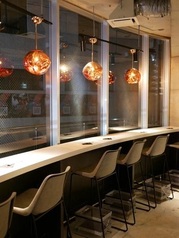 丸いオレンジ色の照明が落ち着いた雰囲気の店内。お酒のあとはもちろん、お仕事帰りにふらっと立ち寄っておいしいスイーツに癒されてみませんか?