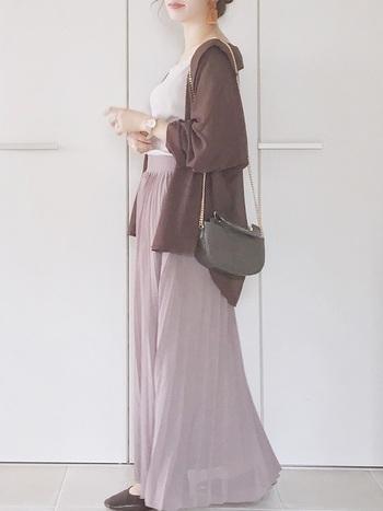 グレーパープル系のマキシスカートにブラウンのシャツを羽織ったくすみコーディネート。ブラウンは黒よりも優しく引き締めてくれる効果があります。