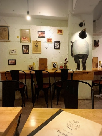 落ち着いた雰囲気の店内には、カウンター席もあるのでひとりで訪れる女性も多いそう。曜日によって時間が異なりますが、深夜まで営業しているのがうれしいですね。