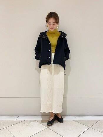 シルエットのきれいなIラインスカートを合わせたコーデ。縦のラインが強調されるので、スタイルアップ効果が期待できますよ。秋冬なら、首の詰まったトップスがおすすめ。Iラインのシルエットを崩さないために、全体的にオーバーサイズにならないように注意してください。