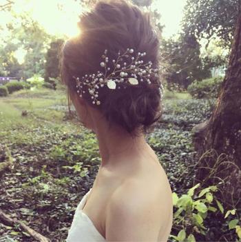 シニヨンスタイルのこちら。小枝のヘッドパーツが森にとても似合いますね。こちらのヘアスタイルは少人数婚にもゲストハウスを貸し切った披露宴にもぴったりですよ!