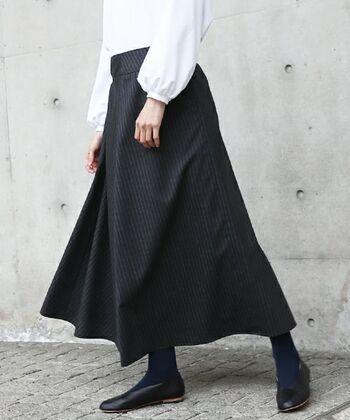 フレアスカートは秋冬の定番アイテム。ブラックのフレアスカートは、秋冬らしい空気感満載!フワッと揺れる女性らしいシルエットですね。