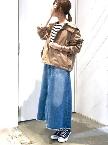 マウンテンパーカーを使った休日コーデには、デニムスカートも外せないアイテム。リラックス感のあるロング丈がおすすめです。ボーダーシャツとも相性抜群!スニーカーを履いて出かけたいですね。