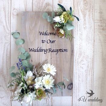 ウェルカムボードももちろんナチュラル感たっぷりのものにしましょう。板にさらりと書かれた英字が映えますね!好みのお花やグリーンを使うことであなたらしさを演出できます。