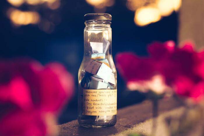 結婚式の受付で、小さな紙にメッセージを書いてもらい、クルクルと丸めてボトルに入れてもらいます。数年後、ボトルの中のメッセージを開け、ゲストの方に書いてもらった祝福メッセージを読んで、結婚式を振り返ることができます♩