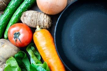 シーズニングの方法は、まずスキレットを洗剤で洗ってサビ止めワックスを落とし、そのあと煙が出る程度に空焼きします。そして、油をひき、野菜のくずなどを炒めて鉄臭さを消します。なお、毎回の使用後のお手入れについては、水洗い(洗剤なし)・空焼き・油を塗るという手順で必ず行ってください。