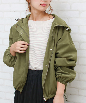 いろいろな着こなしができる「マウンテンパーカー」。1着持っておくと、コーデの幅が広がる便利なアイテムです。そんなマウンテンパーカーに、女性らしい「スカート」と合わせる<テイストミックスコーデ>が、最近人気を集めています。