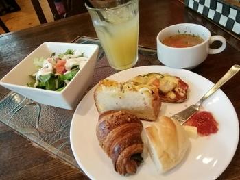 モーニングは、おすすめ5種のパン、自家製スープ、サラダのセット。朝から焼きたてのパンが贅沢に味わえます。