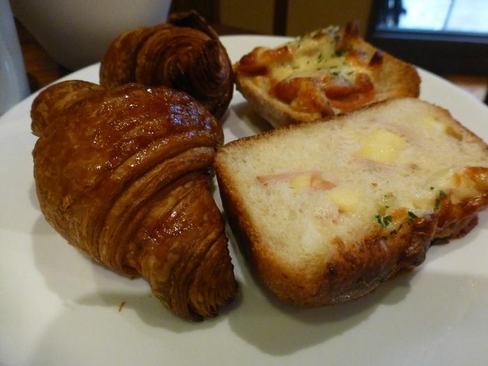 """バケットや総菜パンなど種類豊富なのも魅力。70種類以上のバリエーションがあり、どれにしようかと迷うほど。自家製の天然酵母""""ルヴァン種""""を使用し、パンによって小麦粉を使い分けています。職人が焼き上げるパンはどれも美味しいと評判です!"""
