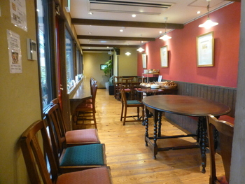 店内には窓際のカウンター席とテーブル席があり、一人でも数人で来ても◎まったりと過ごせそうな空間です。