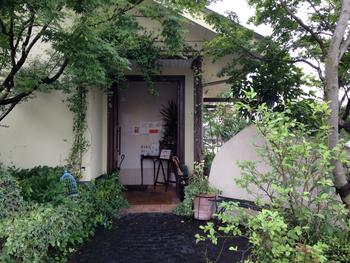 熊本で大人気のベーカリー&カフェ「Pain au Levain」。緑に囲まれた外観はまるで海外のような雰囲気。旬の食材を使ったパンをはじめ、ワイン&チーズ、ジェラートなどを提供しています。