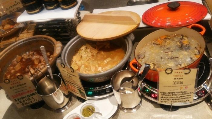 ここの最大の魅力は、熊本の名物料理を楽しめる「くまもと うまかもんコーナー」です。太平燕に辛子蓮根、馬肉カレー、いきなり団子など地元ならではの郷土料理を好きなだけ味わえます。