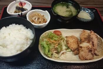 白身魚のフライ定食は、肉厚の白身魚をサクッと揚げています。他にも、ハムエッグ定食や玉子焼定食などの朝食メニューが揃ってますよ。