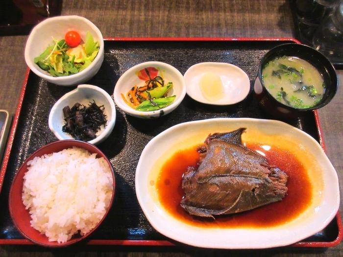 朝食メニューは、なんとワンコイン。日替わり定食の魚はよく煮込まれていて、身が柔らかくコクのある味わい。メインの他に、ごはん、味噌汁、小鉢などが付いていて大満足のボリュームです。
