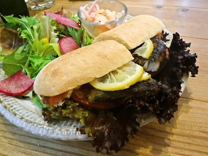 野菜たっぷりのサンドイッチの他にカレー鯖サンドやトマトとチーズのカプレーゼサンドプレートなども。どれも食べてみたくなるほど魅力的なメニューが揃います。