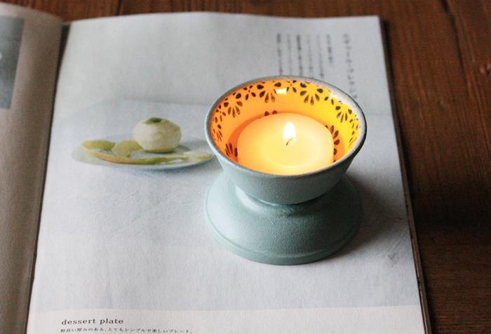 セリアのミニボウルと豆鉢で作ったキャンドルホルダーは、レトロな柄と丸みのあるフォルムがかわいい♪ミニボウルと豆鉢を組み合わせてペイントするだけなので、とっても簡単!難しい作業がないので、DIY初心者さんにもおススメです。