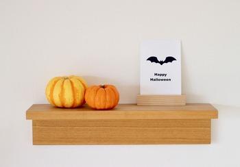 パッと見てハロウィンを感じられるかぼちゃは目立つことろに飾りたい。玄関に飾り棚があったら、小さなかぼちゃをディスプレイしてみよう。