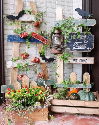 玄関にスペースがあるなら、本格的な棚を作って飾るのも楽しそう。基本はカットした木材をビスで固定していくだけ。お気に入りのアイテムを飾り付けよう。