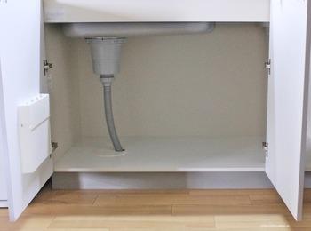 ワンルームや1DKなどのお部屋は収納が細かく分かれておらず、高さと奥行きがある大きな開き戸タイプの収納がある場合が多いと思います。排水のパイプなどもあり、そこにぴったりはまる収納を見つけるのも大変です。