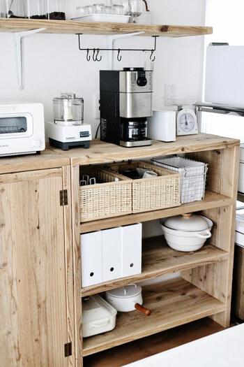 オープンな棚に食器を収納する際は、透けて見えるアクリルの収納ではなく、ナチュラルな棚にしっくり馴染むカゴやワイヤーバスケットなど、収納として一役買ってくれるアイテムをチョイス。
