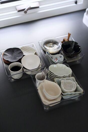 そしてそれぞれのサイズに分けてみます。散らばりがちな小皿類は使い勝手も良く手に入れやすいので、同じ形同士重ねられるものをそれぞれが収まるようなケースに入れておくとこの後の収納が楽になります。まずは持っているものを把握することからスタートしましょう!
