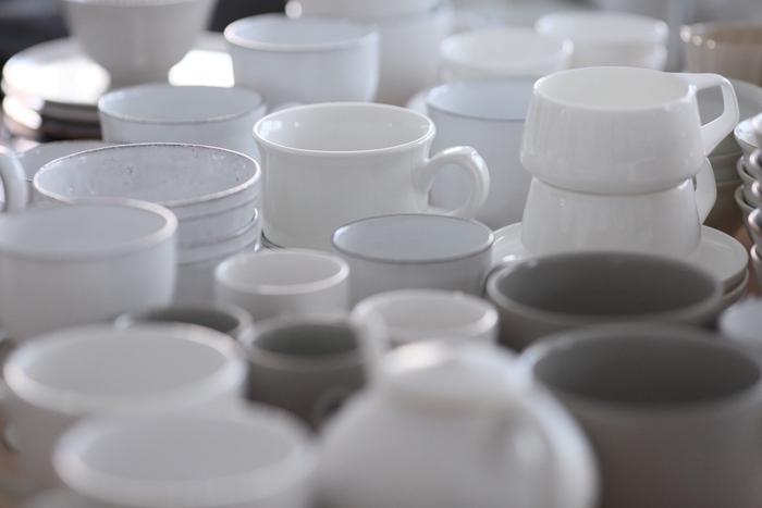 増える食器の収納を行う際にまず最初にやるべきこと。それはすべての器を一度全部並べてみることです。並べることによって選別もできるので断捨離にもつながります。
